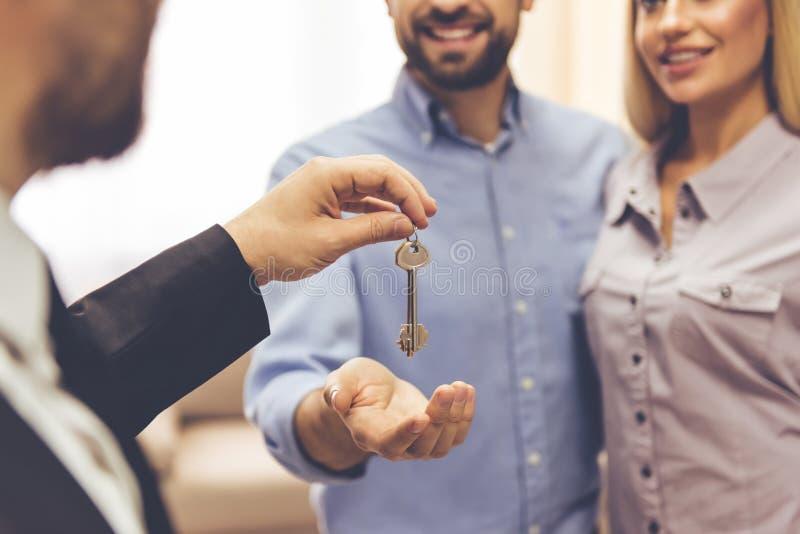 Couples et un agent immobilier images libres de droits