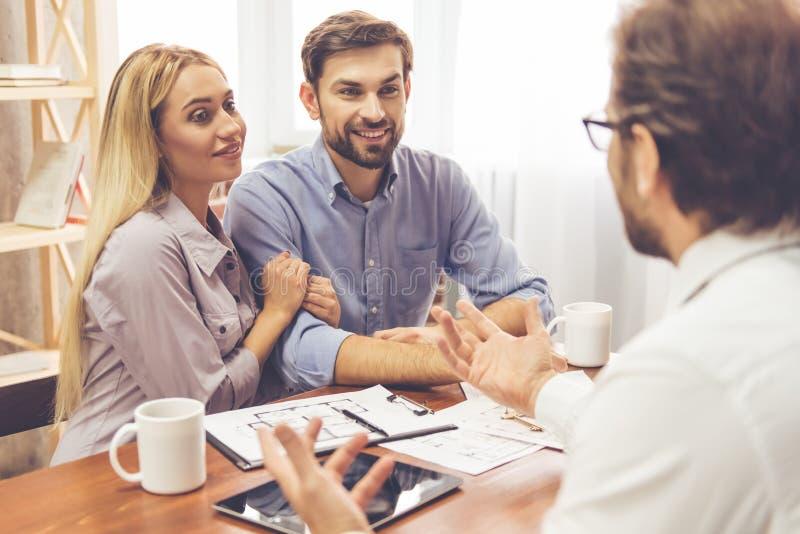 Couples et un agent immobilier photos stock