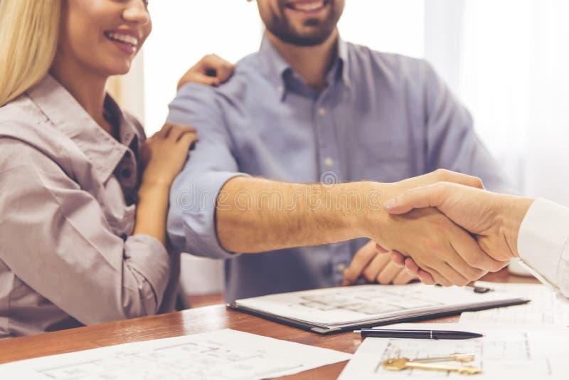 Couples et un agent immobilier photographie stock libre de droits