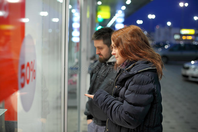 Couples et vente faisants des emplettes et jeunes photos libres de droits