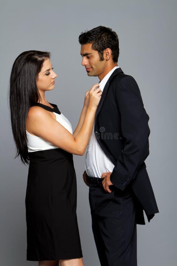 Couples ethniques sexy dans l'amour image libre de droits
