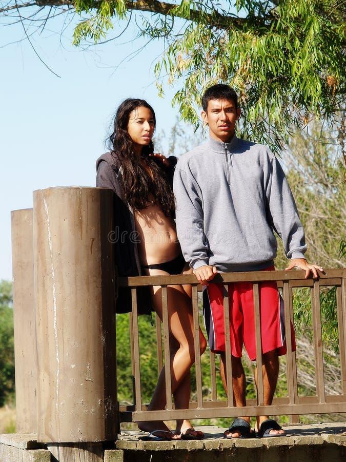 Couples ethniques Standig au rail sur le dock photographie stock libre de droits