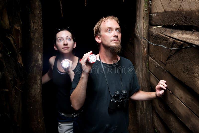 Couples explorant la mine d'or abandonnée au Costa Rica images stock