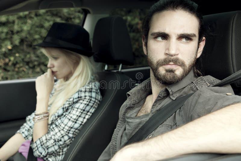 Couples fâchés dans la voiture après l'argumentation image stock