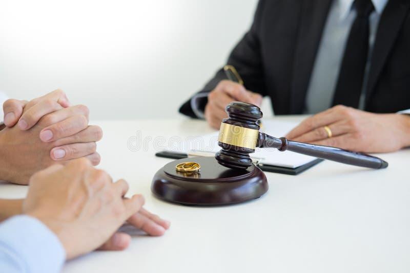 Couples fâchés discutant disant leurs problèmes de juger le decid de marteau photo libre de droits