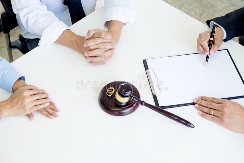 Couples fâchés discutant disant leurs problèmes de juger le decid de marteau image stock