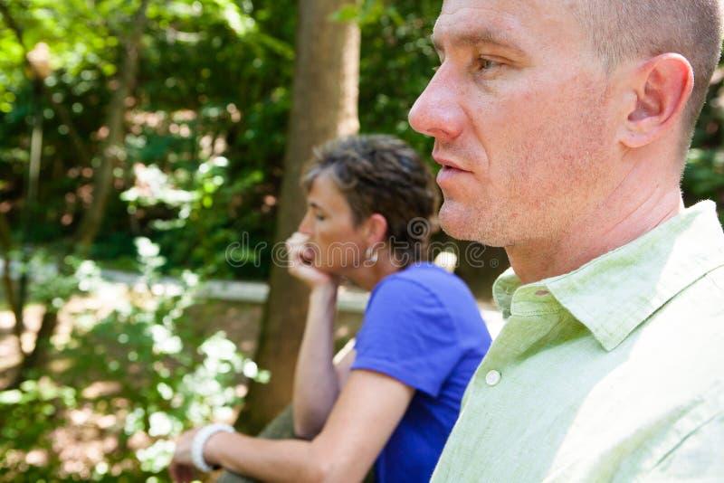 Couples fâchés : Homme et femme ayant une conversation sérieuse photo stock