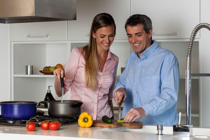 Couples faisant cuire dans la cuisine photo libre de droits