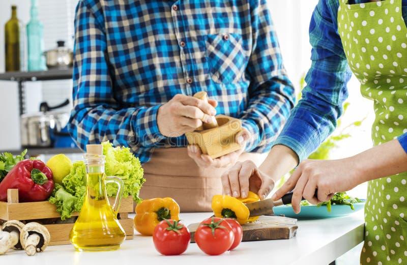 Couples faisant cuire dans la cuisine images libres de droits