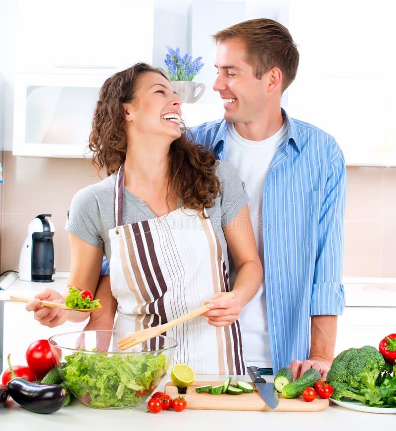 Couples faisant cuire ensemble photographie stock