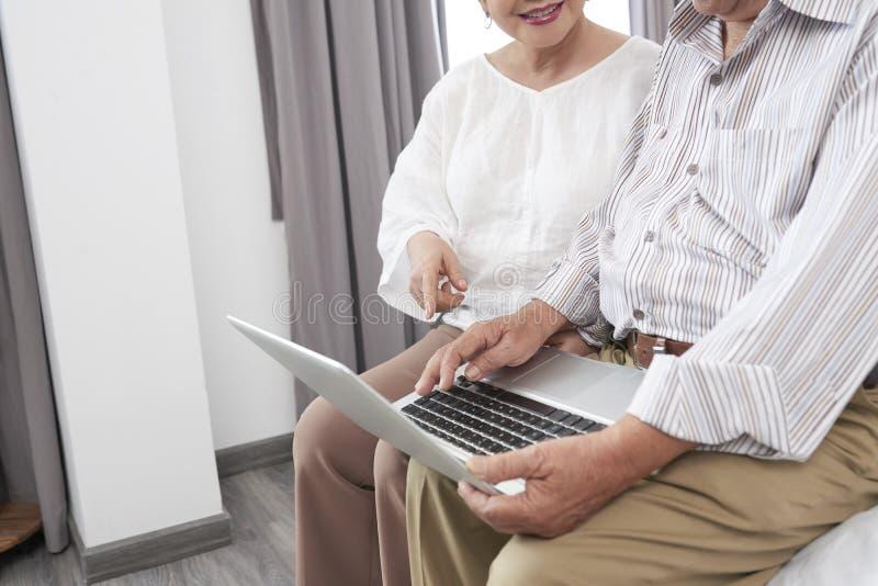 Couples faisant cuire l'hôtel images libres de droits