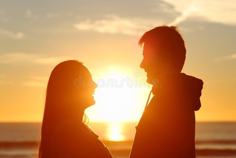 Couples faisant face et étant amoureux photos libres de droits