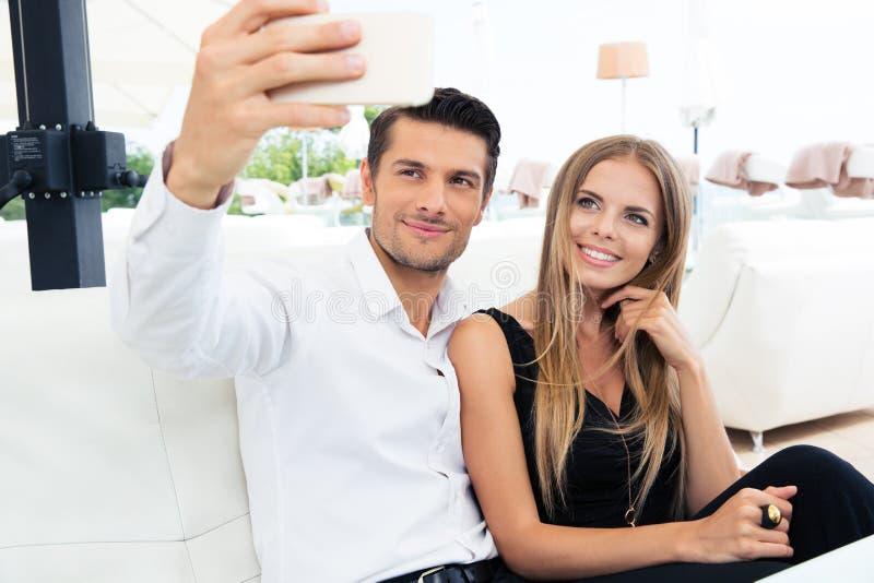 Couples faisant la photo de selfie dans le restaurant photos stock