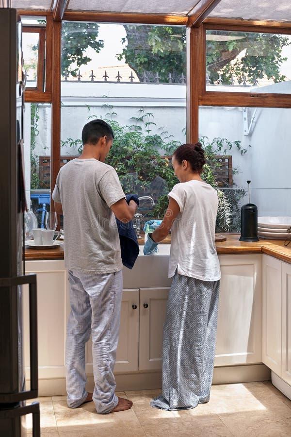 Couples faisant la vaisselle images stock