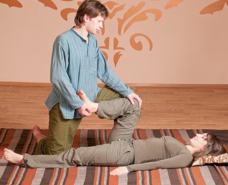 Couples faisant le yoga. Massage photographie stock