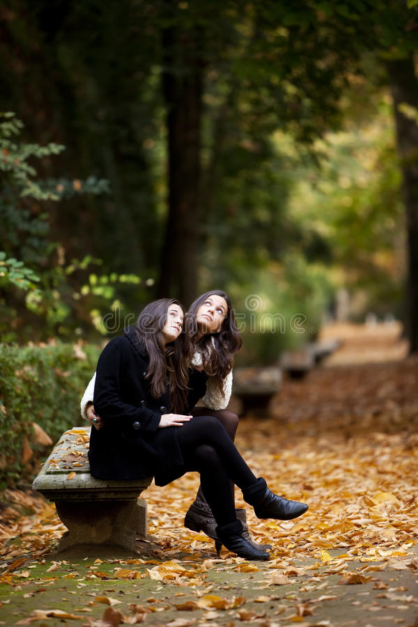Couples femelles en automne photo stock