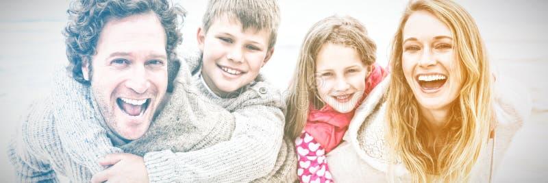 Couples ferroutant des enfants à la plage images stock