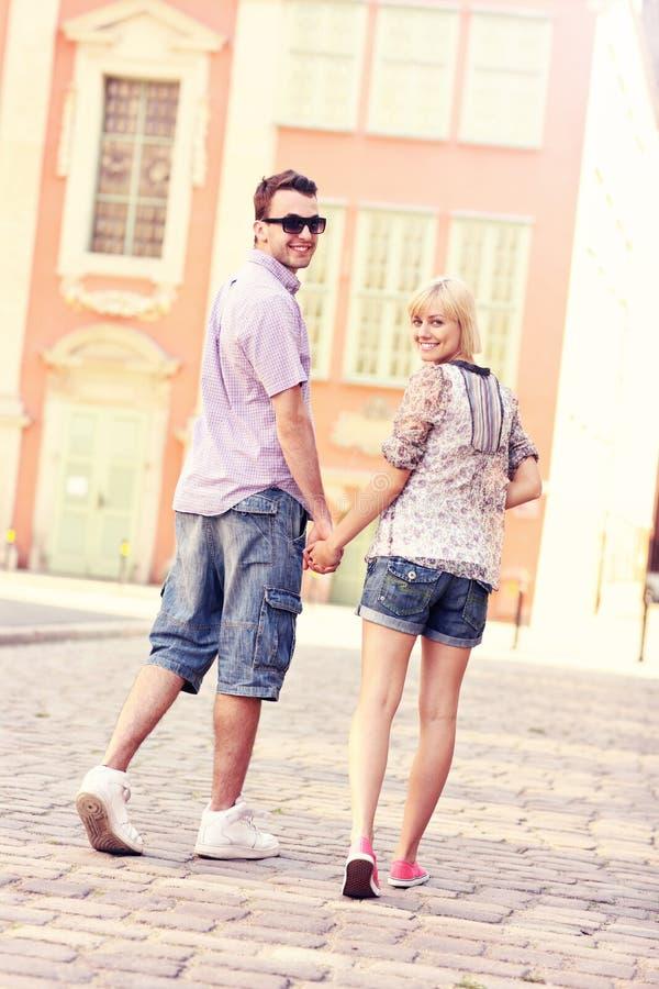 Couples flânant au sujet de la ville image libre de droits