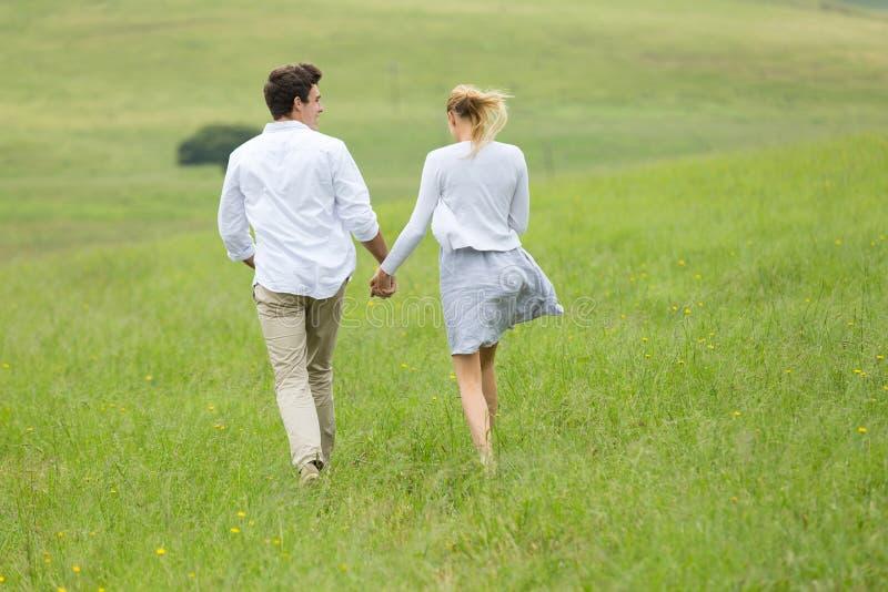 Couples fonctionnant à l'extérieur images stock