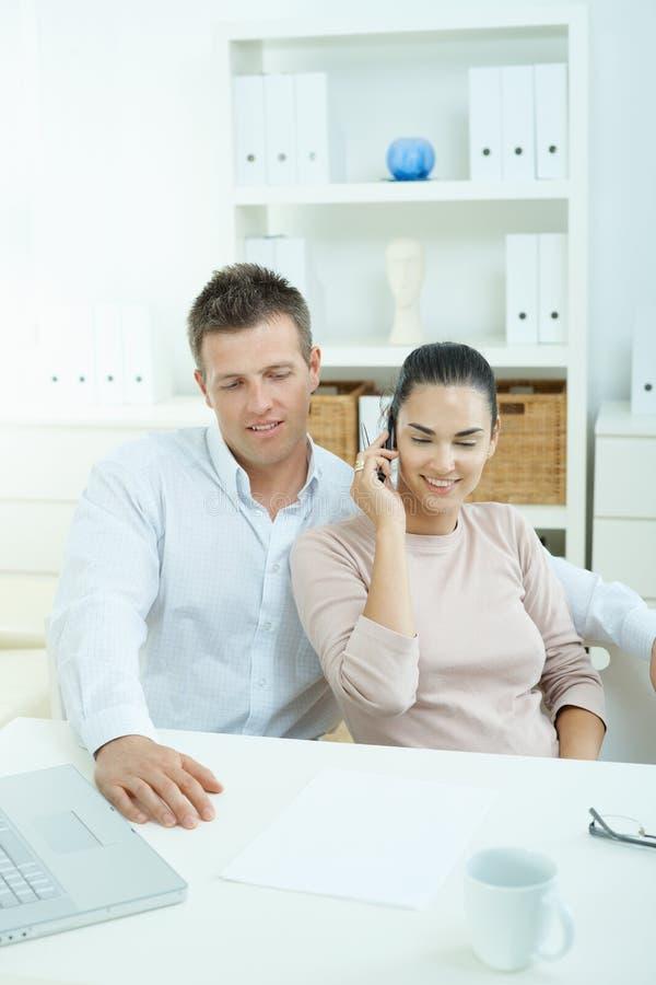 Couples fonctionnant à la maison images stock