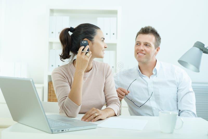 Couples fonctionnant à la maison photo stock