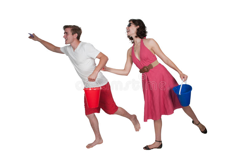 Couples fonctionnant avec un seau de sable photos libres de droits