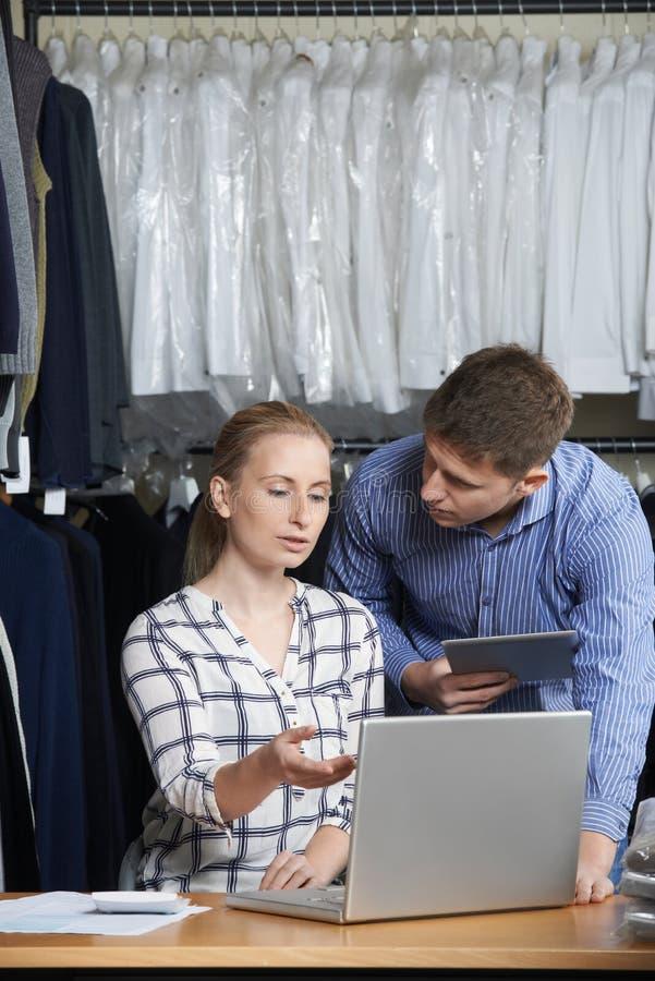Couples fonctionnant sur la ligne fonctionnement d'affaires de mode dans l'entrepôt image stock