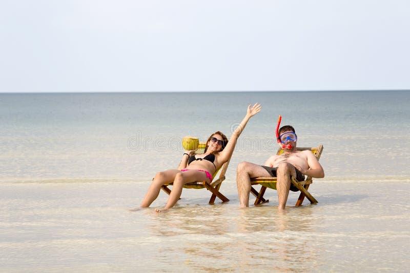 Couples fous prenant un bain de soleil, l'eau en cristal fantastique, île de rong de KOH, Cambodge photographie stock