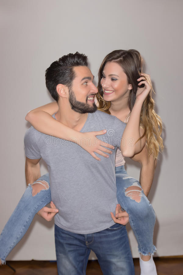 Couples francs de portrait, femme sur le dos de l'homme photos stock