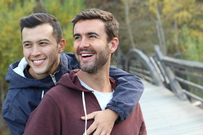 Couples gais appréciant le parc en automne image libre de droits