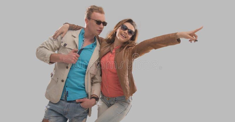 Couples gais appréciant un jour chaud photos libres de droits