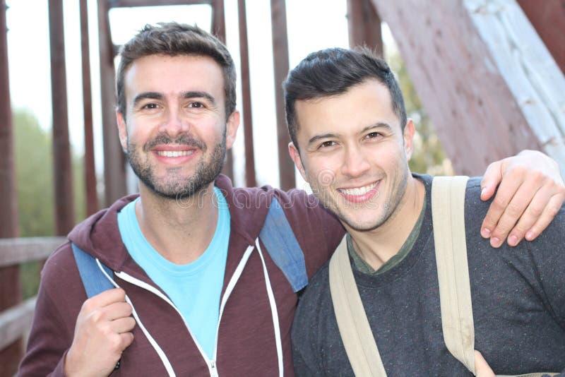 Couples gais appréciant une hausse photographie stock libre de droits