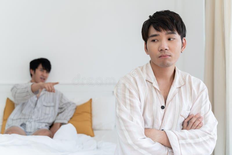 Couples gais ayant l'argument à la maison images libres de droits