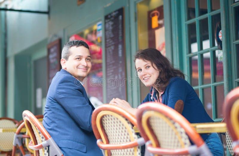 Couples gais dans un café extérieur photographie stock