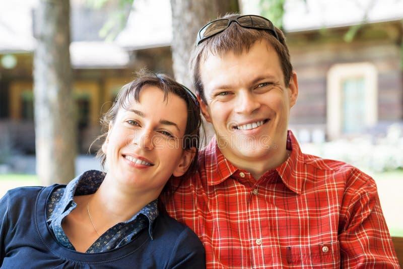 Couples gais se reposant devant une nouvelle maison photographie stock