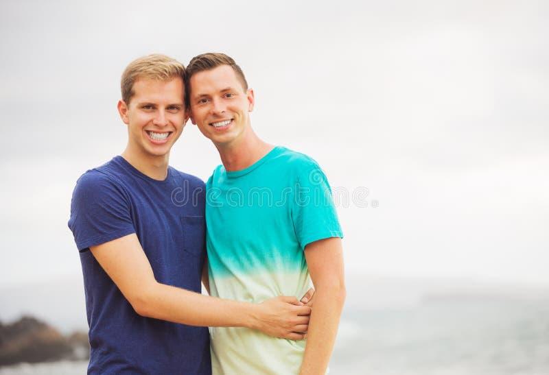 Couples gais sur la plage photographie stock libre de droits