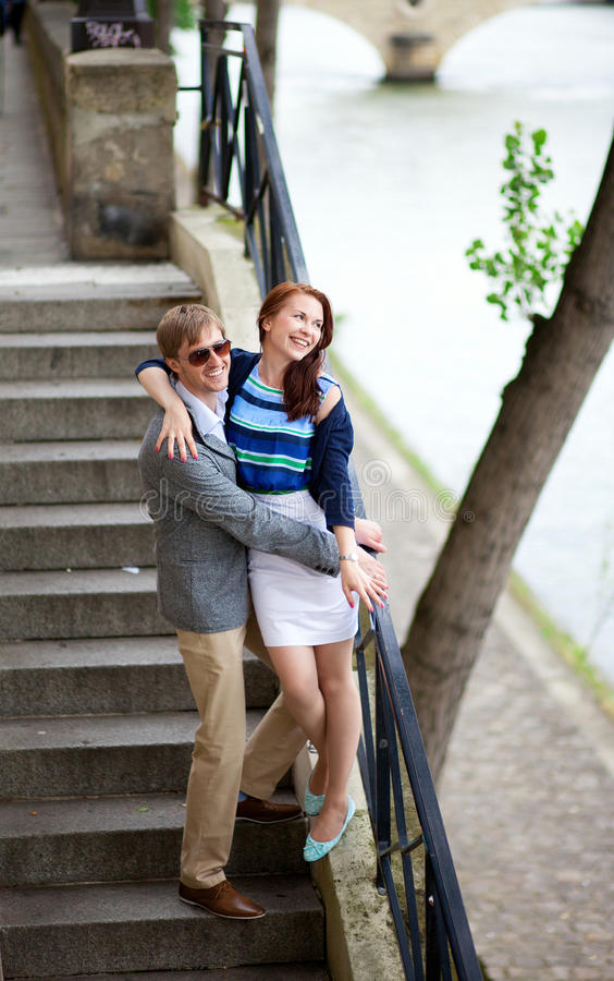 Couples gais sur les escaliers images libres de droits