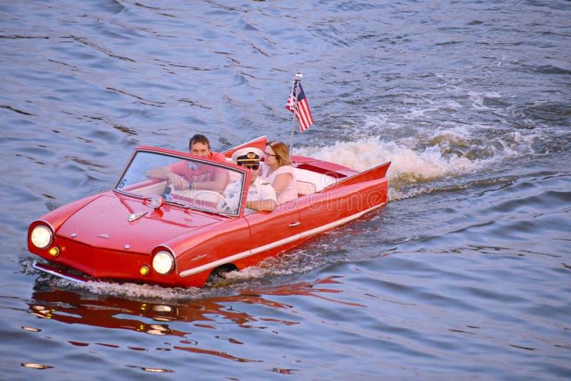 Couples gentils appréciant le tour amphibie rouge de voiture à la région de Buena Vista de lac photo stock