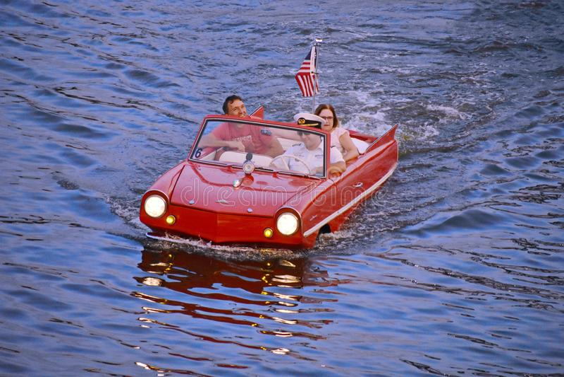 Couples gentils appréciant le tour rouge amphibie de voiture à la région de Buena Vista de lac photographie stock libre de droits