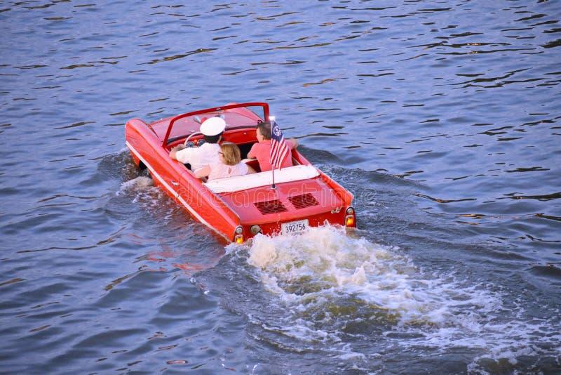 Couples gentils appréciant le tour rouge amphibie de voiture au-dessus du lac bleu à la région de Buena Vista de lac images libres de droits