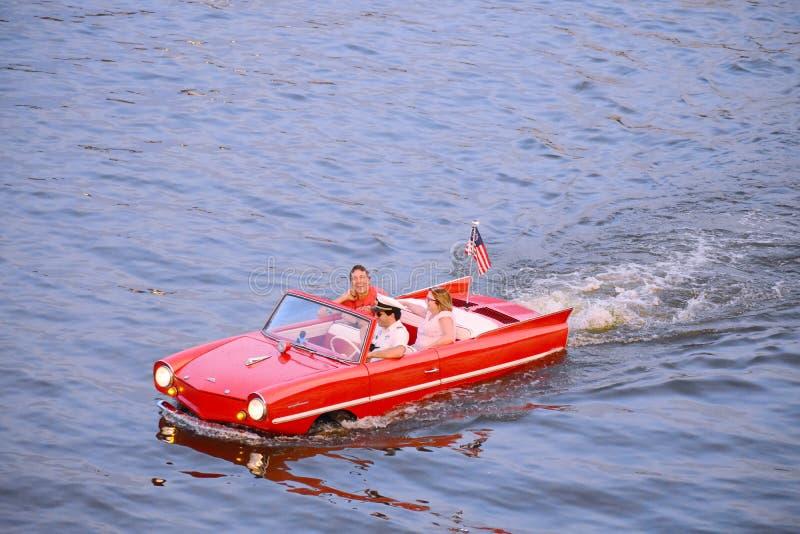 Couples gentils ayant le tour amphibie de voiture d'amusement à la région de Buena Vista de lac images libres de droits