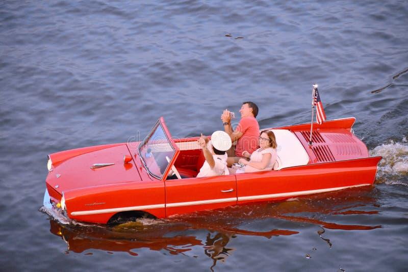 Couples gentils ayant le tour amphibie rouge de voiture d'amusement à la région de Buena Vista de lac image libre de droits