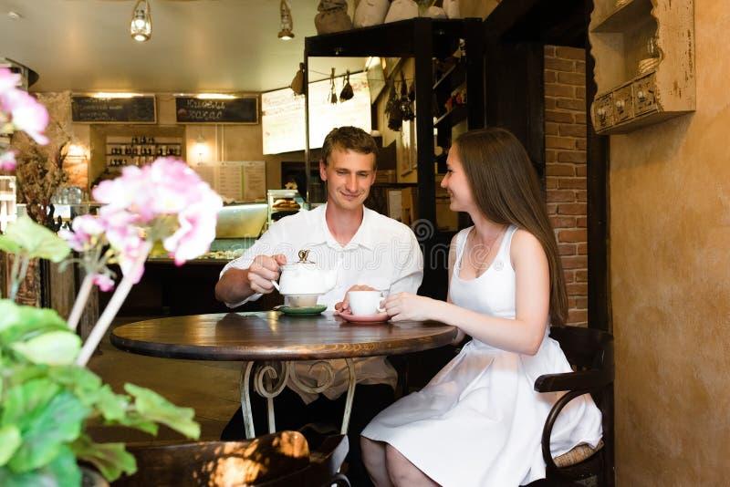 Couples gentils dans un petit café photo stock