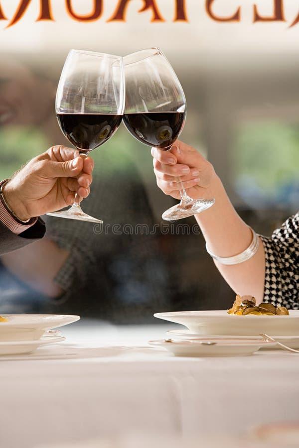 Couples grillant avec du vin photographie stock