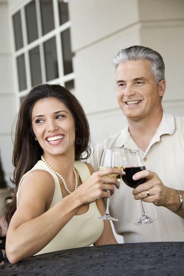 Couples grillant le vin. photographie stock libre de droits