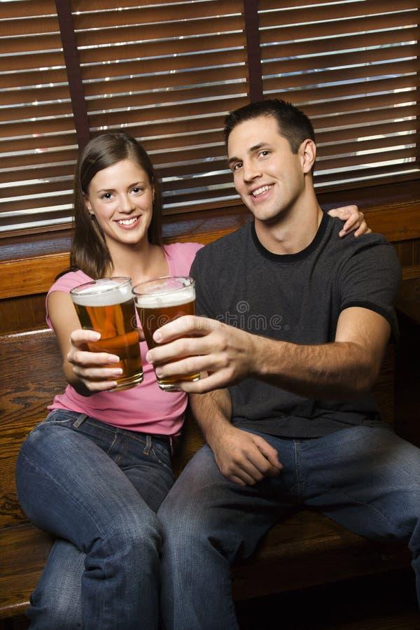 Couples grillant leurs bières photographie stock