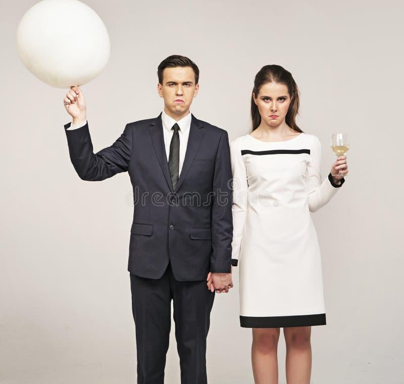 Couples grincheux devant partie de réveillon de la Saint Sylvestre photographie stock