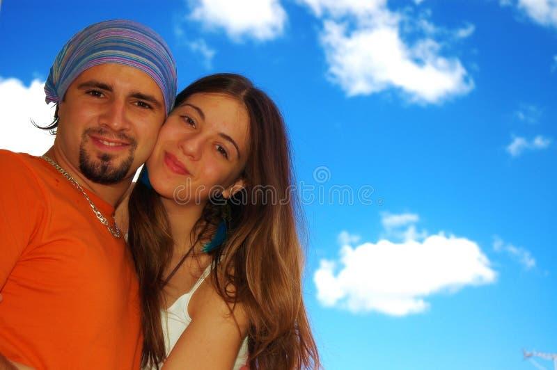 Couples heureux à l'extérieur. photo libre de droits