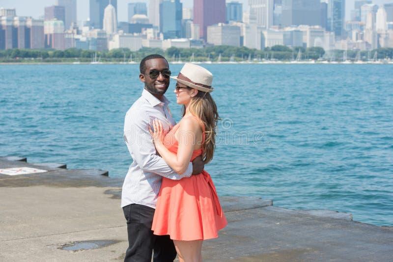 Couples heureux à l'extérieur images stock