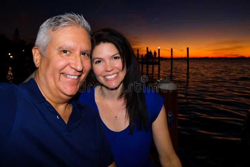 Couples heureux à l'extérieur image stock